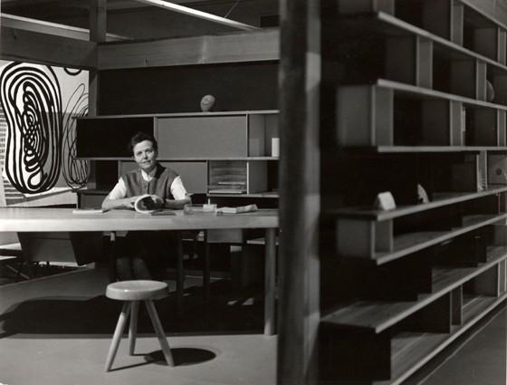 Charlotte-Perriand-à-lExpo-Synthèse-des-Arts-Tokyo-1955-Photo-Junzo-Inamura